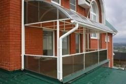 Как остеклить балкон поликарбонатом: выбираем материал