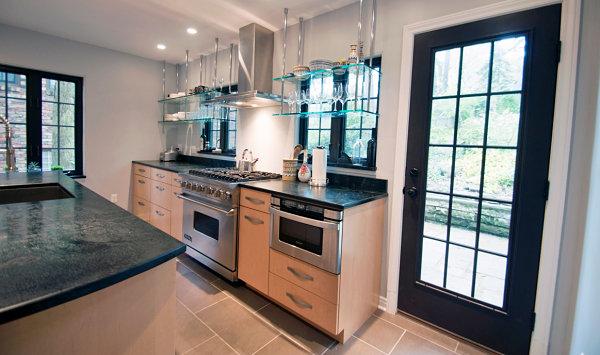 Полки из стекла на кухне