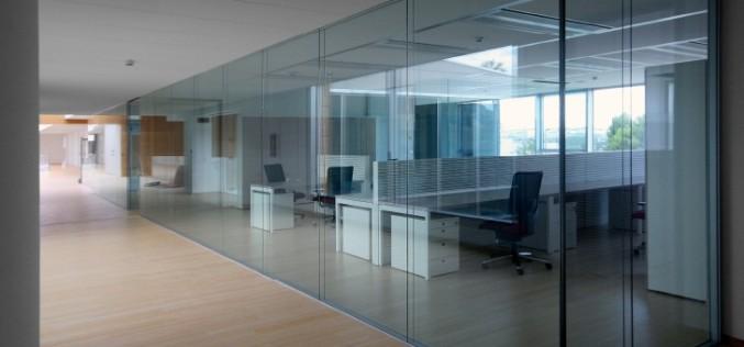 Разделите пространство в офисе или доме с помощью цельностеклянных перегородок