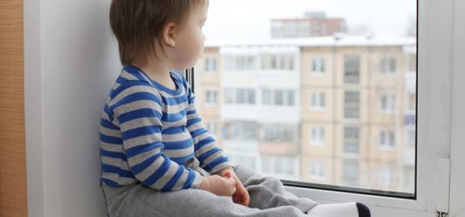 Как выбрать и установить детский замок на пластиковые окна