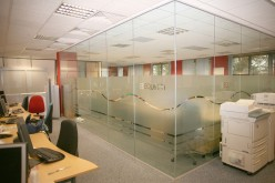 Стеклянные офисные перегородки — эстетика рабочих мест