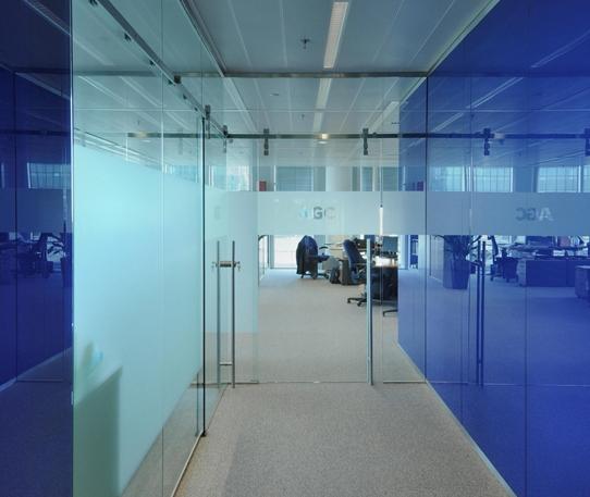 Стеклянные перегородки, стены и панели становятся все более популярными. Используя стекло с лаковым покрытием можно добиться единой цветовой концепции здания.