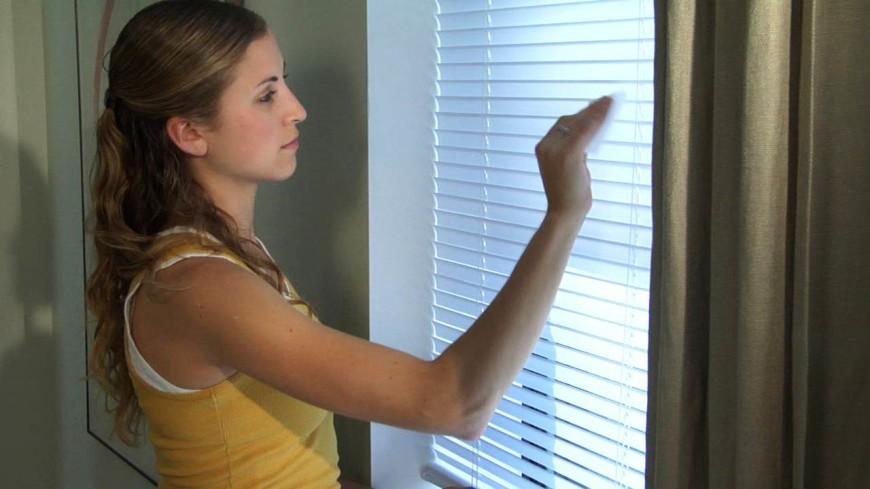 Чистка жалюзи на окнах