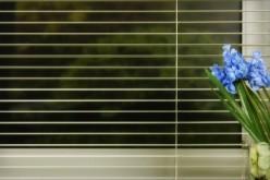 Жалюзи на пластиковые окна — варианты установки без сверления
