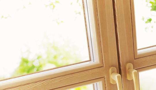 Новый сезон в дизайне интерьеров: деревянные окна становятся трендом